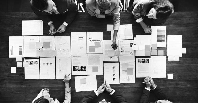 contratar um consultor de marketing digital e contratar uma agência